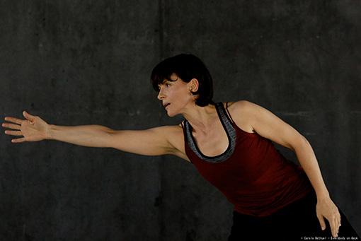 振付家を演じている女優のジュリエット・ビノシュ