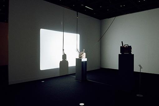 飯村隆彦『デッド・ムーヴィー』展示風景 / 未現像フィルムをループ投影する映写機に、別の映写機で光を投影し、その影だけを映し出す作品