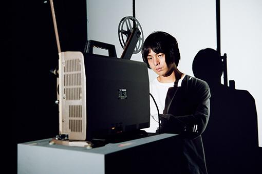 飯村隆彦『デッド・ムーヴィー』の展示を見る山田健人