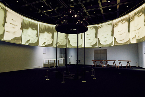 シュウゾウ・アヅチ・ガリバー『シネマティック・イリュミネーション』展示風景