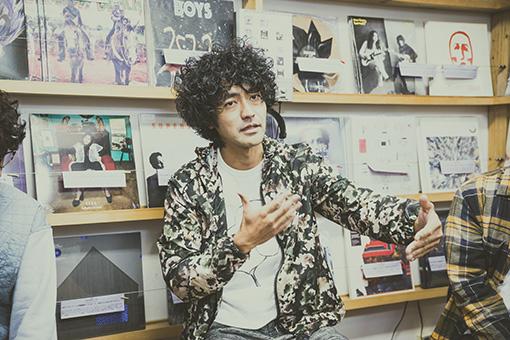 Masaki Maenosono(8otto)。取材は大阪にあるレコード / CDショップ「FLAKE RECORDS」にて行われた