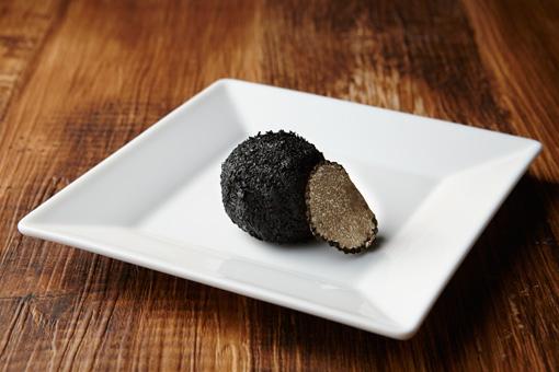 『晩餐会 裸体の森へ 第二回』アミューズの「トリュフクロケット(竹炭を使ってトリュフに見立てたコロッケ)」