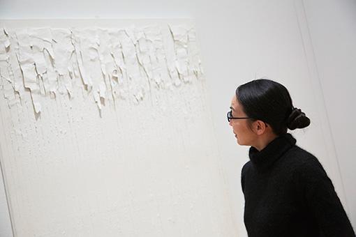 クォン・ヨンウ(権寧禹)の作品の前で