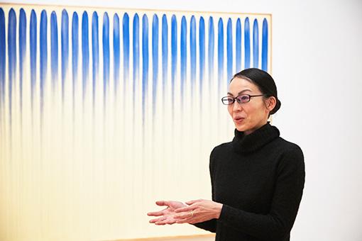 本展のフライヤーにも使用されているリ・ウファン(李禹煥)の作品の前で