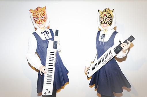 左から:新津由衣、AZUMA HITOMI。手に持っているのが「VOCALOID Keyboard『VKB-100』」