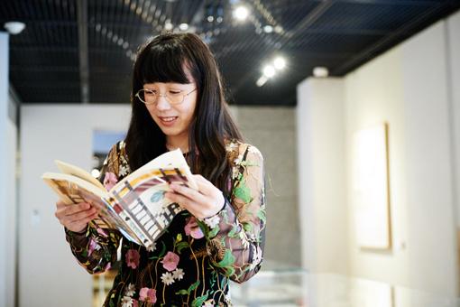 展示されていた萩原恭次郎の詩集『死刑宣告』に興味津々の様子