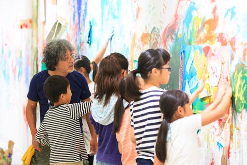荒井良二と小学生によるワークショップの様子 撮影:木暮伸也