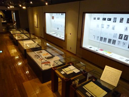 前橋文学館の展示風景 / 所狭しと作品が並ぶ充実した展示室