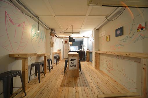 『あいちトリエンナーレ2013』でアーティストと参加者の交流拠点になった「VISITOR CENTER AND STAND CAFE」の店内の様子 / 撮影:怡土鉄夫 画像提供:NAKAYOSI
