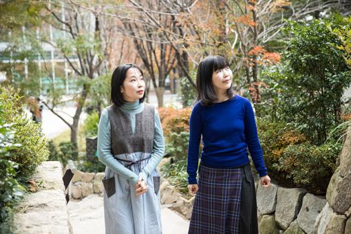 左から辛酸なめ子、横山由季子(国立新美術館学芸員)