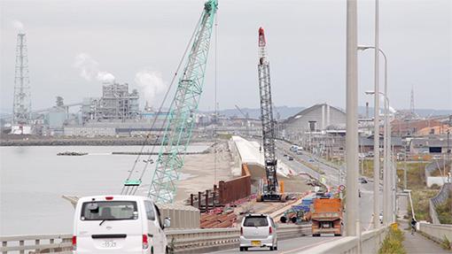 巨大な防潮堤を建設中のOneparkの真横にある日和大橋からの風景