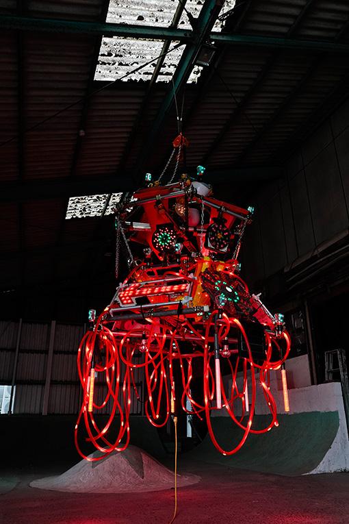 『SIDECORE - rode work』よりEVERYDAY HOLIDAY SQUAD『RODE WORK』(2017年)展示風景 ©Reborn-Art Festival 2017 / 建設機材で作られたシャンデリア