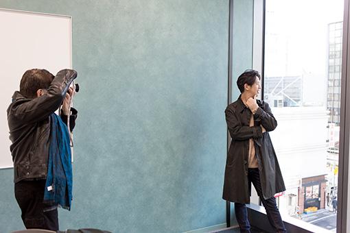 Keishi Tanakaをモデルに写真を撮影するハービー・山口