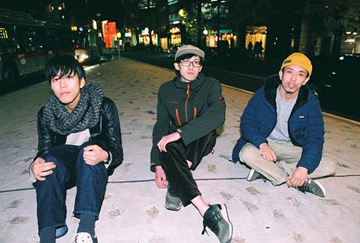 左から:清水佑(Ba)、福家佑輔(Vo,Gt)、松井規広(Dr)