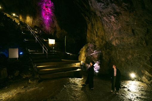 日原鍾乳洞内部。天井の高さに二人もうっとり