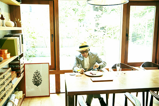 第2回目の連載、セララバアドでポストモダン料理を味わう様子(撮影:鈴木渉)
