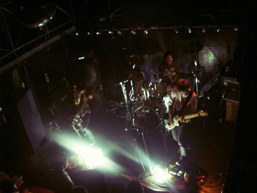 凛として時雨、当時のライブの様子。初期の頃から、蛍光灯をステージに置くなど、照明や演出に対して独自のこだわりを持っていた
