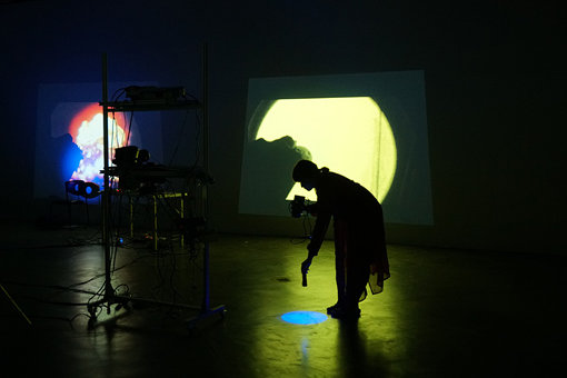 『Interdisciplinary Art Festival Tokyo 16/17 Performance, Screening and lecture in Singapore』での韓成南のパフォーマンス『Blue on the face』