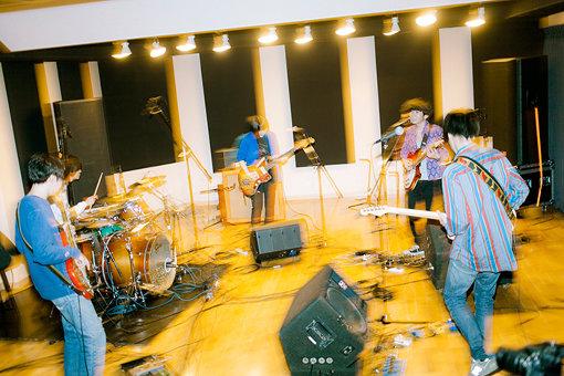 左から:ナツノムジナと田渕ひさ子のセッション風景