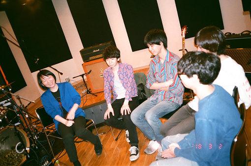左から:田渕ひさ子、ナツノムジナ(粟國智彦、仲松拓弥、久富奈良、窪田薫)