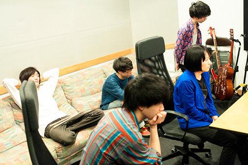 レコーディングしたセッション音源を確認する五人