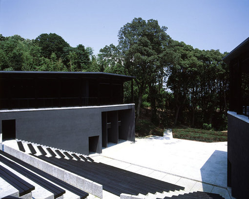 愛知県芸術劇場にて3月下旬に初演された『寿歌』は、『ふじのくに⇄せかい演劇祭』では野外劇場「有度」にて上演される