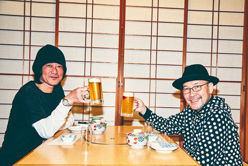 左から:古市コータロー、久住昌之。ビールで乾杯からスタート。