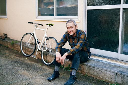 スタジオの前で。通勤(?)に使う自転車と一緒に