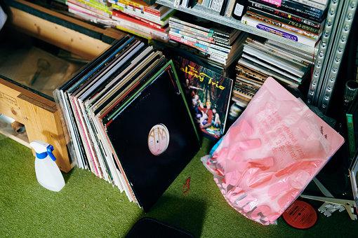 膨大なコレクションから厳選されたレコードやCDが並ぶ