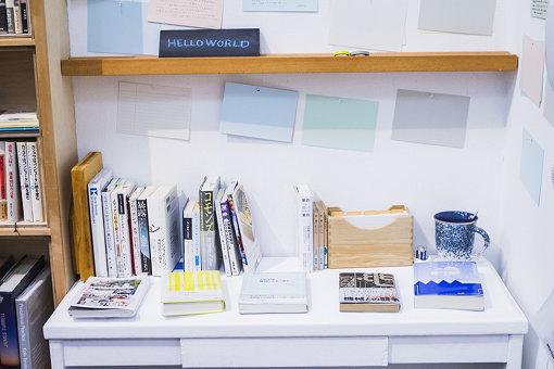 展示スペースに併置されたカフェ内には本展の参考図書が並ぶ
