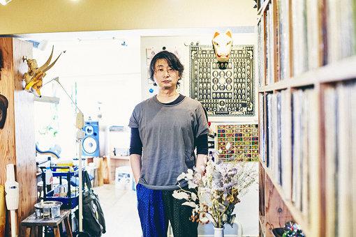 木村の事務所には、壁一面にアナログレコードが並べられている
