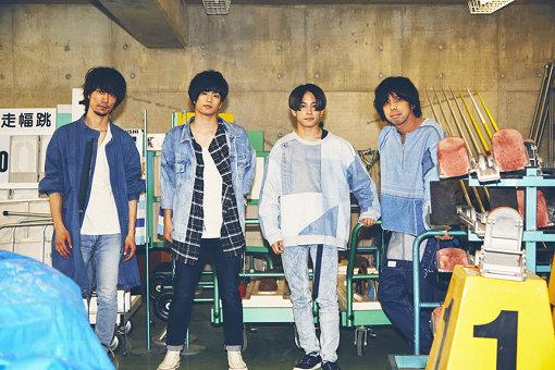 左から:赤頭隆児、三原健司、三原康司、高橋武 / MV撮影を行なった運動場の用具倉庫にて