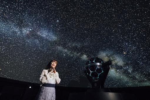 プラネタリウムの星の下でときめく「ゆうこす」こと菅本裕子