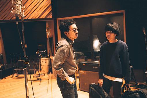レコーディング風景(左から:前野健太、岡田拓郎)