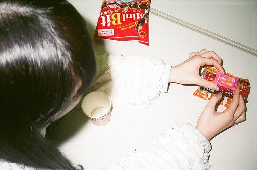 ろるらり、取材中に突然、テーブルの上に置いてあったチョコレートを様々な形に積み始めた