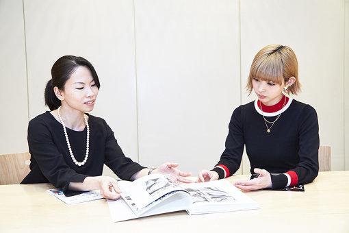 左から:長谷川珠緒(横浜美術館学芸員)、最上もが