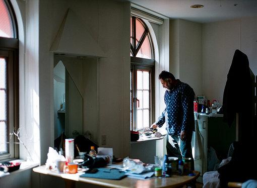 インド・バンガロールのアーティスト・イン・レジデンス「1.Shanhtiroad Studio」を運営するスレッシュ・ジャラヤニと彼の滞在した部屋/PARADISE AIR
