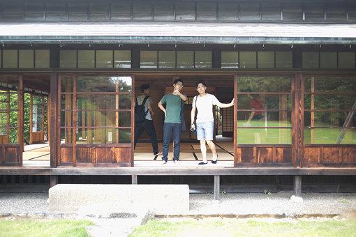 長谷川新(左)。旧徳川家住宅松戸戸定邸にて、アーティストともにリサーチもおこなう。