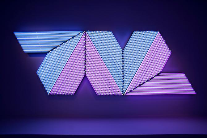 『エンプレスオブインディア Ⅱ』(2005年) ネオン管 Neon tubes 196 x 580 cm © Adagp, Paris 2018 / フランク・ステラの代表的な絵画を蛍光灯で再構成している