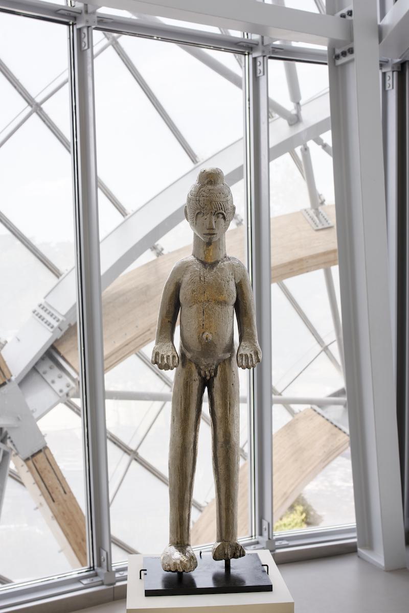 『イボ』(2008年)ブロンズにクロムメッキChrome-plated bronze 86 x 25 x 16 cm © Adagp, Paris 2018  / ニジェールの呪物を型取りして作ったこのブロンズ像は、他国の宗教儀式のオブジェを一見賛美しながらも、西洋の芸術様式に回収してしまうという矛盾を孕んでいる