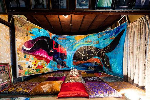 藤城嘘『いわき勇魚取りグラフィティ』撮影:中川周 / 『カオス*ラウンジ新芸術祭2016 市街劇「小名浜竜宮」』 / 黒瀬:小名浜は漁師の街だから、漁師町独特のナラティブな文化がたくさんある。津波が来た後に人々が残した物語やモニュメント、宗教的な建築。それらを紐解いてひとつの支持体とすることで物語を展開していくことができました