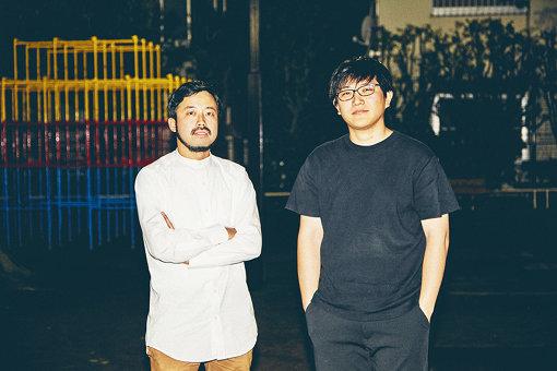左から:Ryu(Ryu Matsuyama)、林響太朗 / 林の卒業制作『form giving』を見る