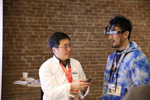 網膜照射型のメガネ型のディスプレイデバイスで、レストランなどで調理師が調理を行なうさいにレシピを表示する「Kronosys」。『SXSW』会場での体験風景