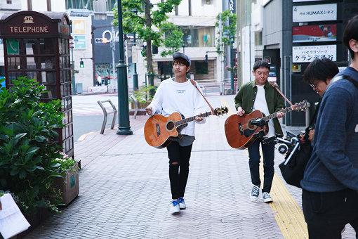 早朝5:30から始まったMV撮影中の様子。左から北川悠仁、岩沢厚治