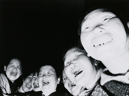 『お籠もりする老婆 高山稲荷』「婆バクハツ!」より 1969年 ゼラチン・シルバー・プリント