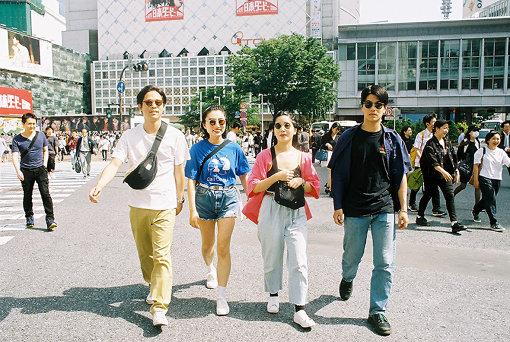 左から:粕谷哲司、ユナ、カナ、角舘健悟 / ロケの模様は『TOKYO MUSIC ODYSSEY』のInstagramでも配信