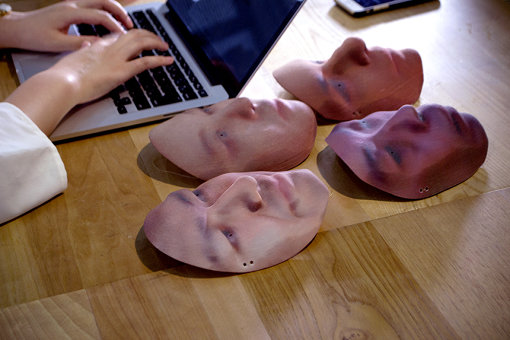 『デジタルシャーマン・プロジェクト』でロボットの顔に取りつける3Dプリンタで出力した顔