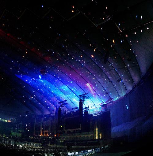 東京ドームに星々を映している様子