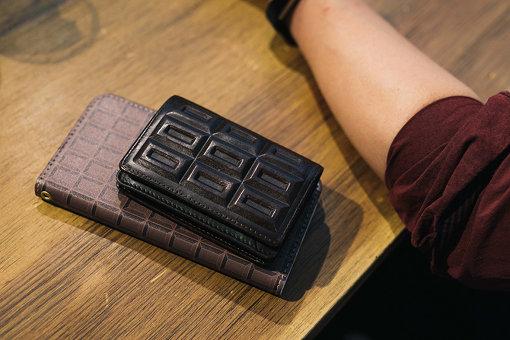 チョコレート柄の、小野さんの名刺ケースとスマホケース