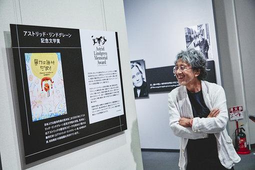 荒井さんが表紙を手がけた『暴力は絶対にだめ!』も展示されている